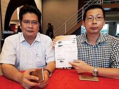 陈庆亮及苏家斌在记者会上说商业执照费高涨,加重业者负担。