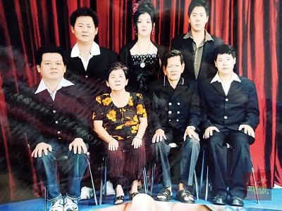 伍氏家庭全家福照片:伍国华(站者左起)、伍彩秀、伍国胜;(坐者左起)伍国铭、吴金凤、伍亚球、伍国章。