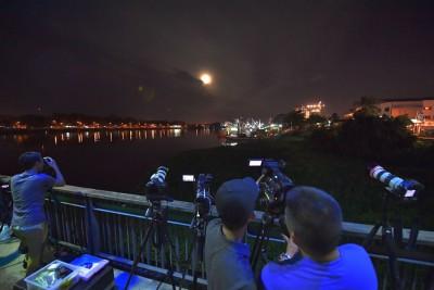 """在砂拉越古晋,""""蓝血月""""出现时吸引许多公众拍照和录象。"""