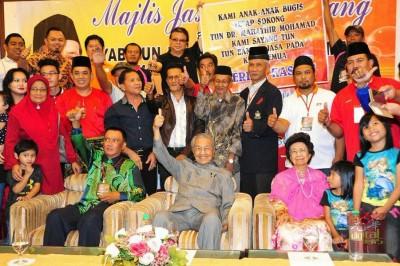 马哈迪(坐者左2)与支持者合影。坐者左起为哈伦阿敏及西蒂哈斯玛。