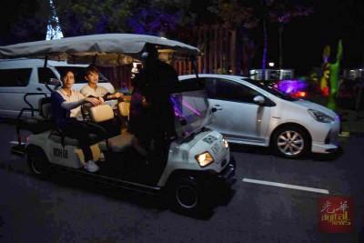 胡一天与熊梓淇共乘高尔夫球车进行游戏。