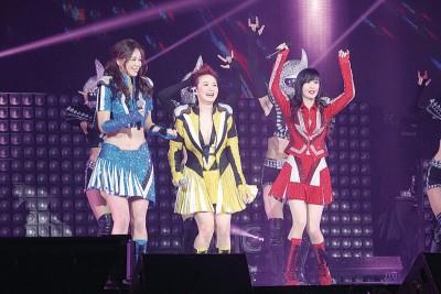 周慧敏(右起)、汤宝如及王馨平打扮成美少女战士出场。