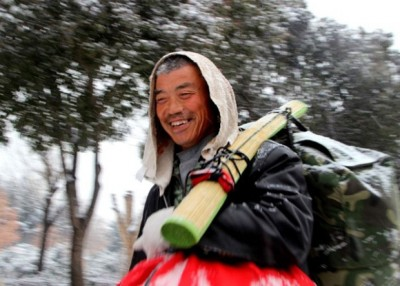 """赵先生代表不怕冷,""""越来越走越暖和,尽管路程稍微远了点。"""""""