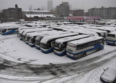 大雪令交通中断,合肥里一个巴士总站内已满无法出发的长途巴士。