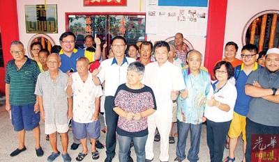 """许汉宏(前排左4)在与庆隆花园华裔选民交流会上作出承诺,一旦胜出必会推动""""峇甲亚兰工业区2.0""""概念,前排左5为锺裕水。"""