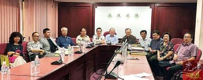 许廷炎在众常务委员的陪同下召开更正的新闻发布会。