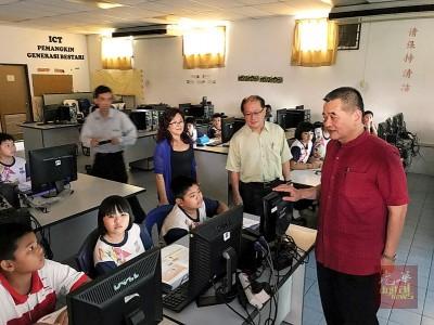 陈德钦、魏木荣及吴瑞音到电脑室了解学生上课情况。