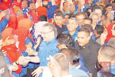 希山慕丁及阿末峇沙抵步时,受到国阵成员党党员热迎迓。