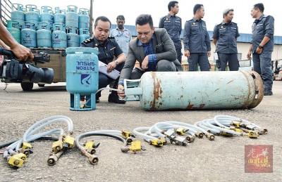 礼祖安示范非法商家如何使用输送管将家用煤气过渡至工业煤气桶。