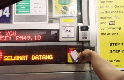 个别国皆下调过路费后,新加坡车主经兀兰关卡出入新加坡,过往每度少付10初元。(档案照)