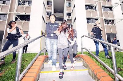 """警方从宏茂桥""""一楼双凤""""的三房式组屋淫窟内逮捕了一对来自四川的姐妹。"""