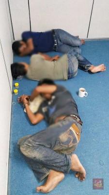 被捕者落网后躺在一旁。