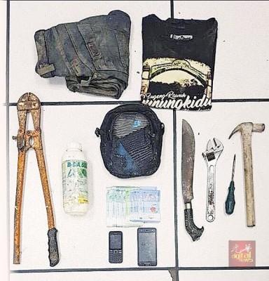 男子假冒警员抢劫外劳反被制伏,警方在现场取获巴冷刀及其他工具。