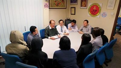 张朝昇(左起) 、张天赐、梁柏耀和郭朴进(右1),一同会见6位受害者。