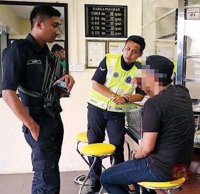 警方到金店调查试图卖掉假金链的男子。