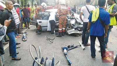 消拯员必须出动电锯把夹在司机座位上的死者移出。