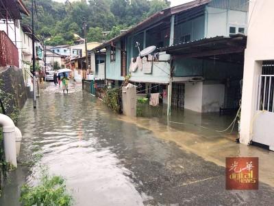 丰盛园发生水灾之处,属于地势较低的地带,因此可见水位淹至屋内。