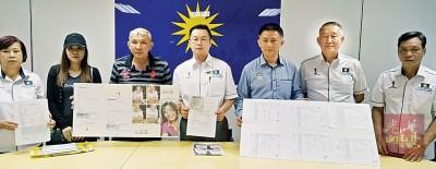 陈德兴(左3)向马华霹州公共服务暨投诉局求助,左起为马锈兰、事主太太陈丽君、罗添权、梁智伟、周立生及莫金华。