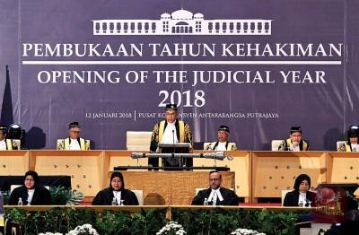 劳勿斯在司法年大会上致开幕词。