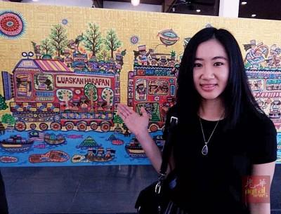 """""""希望列车""""油画出自24岁年轻画家古燕妮的手,列车所要传达的是柔希联执政后要落实的政策和带给人民的希望。"""