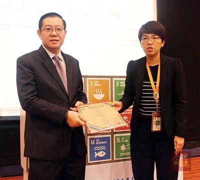 邓晓璇(右)通告参与证书给林冠英。