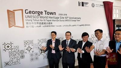 左起洪敏芝、林冠英、曹观友、郑来兴同黄汉伟共同推介入遗10年新表明。