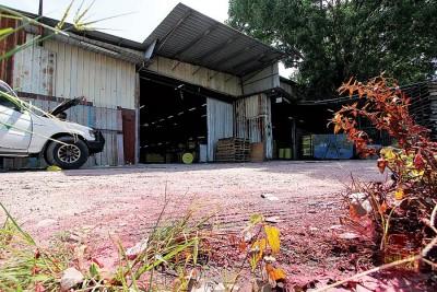 该厂门前区域还可看见满地红色粉状物。