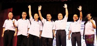 陈德钦(左4)带领槟州马华领袖在讲座会上发表言论。
