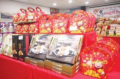趁着新年将至,台湾新春年货街有售卖蜜饯财神礼盒等,让民众送礼给家人。
