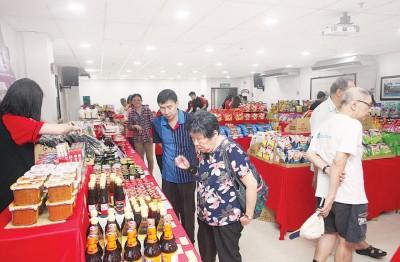 台湾新春年货街首日吸引众多民众前来光顾。