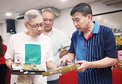 江洺辉为民众介绍各类的台湾著名礼盒。