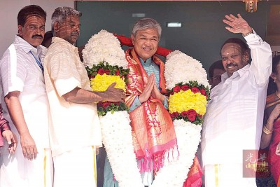 R·纳达拉贾(右1)赠送花圈予阿末扎希(左3)后,向民众挥手示意。