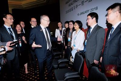 魏家祥与出席研讨会的中国代表进行交流。