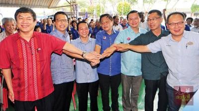 谢松清(左起)、廖中莱、黄日升、陈勇鸣、郑修强、陈书北及失败有益展现马华团结势更高的立意。