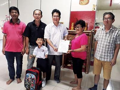 苏家斌(右3)移交教育部的批准信给蔡碧云(右2),右起马瑞群、刘德聪、吴宗汉。