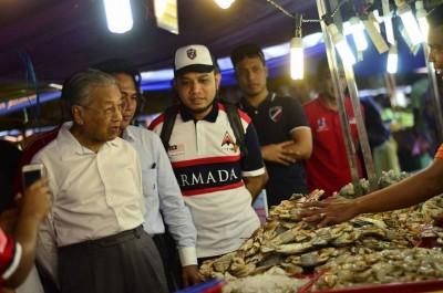 """马哈迪逛夜市,在非""""嘉玛的鱼""""的鱼档,买了些鱼。(图取自马哈迪脸书)"""