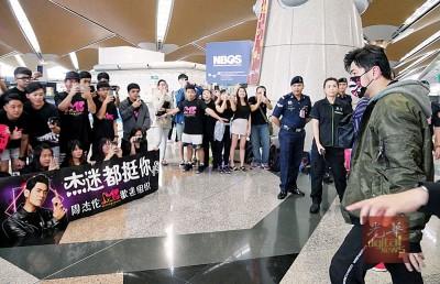 周杰伦抵达吉隆坡国际机场时,获大批粉丝迎接。