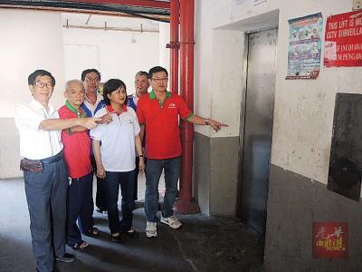 方群龙(右一)及吴秀丽(右二)个人捐款急救下,吉打律组屋2台电梯即将恢复操作。(左一为)该组屋管理委员会主席戴财福。