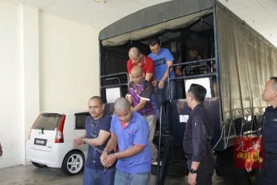 警方以大卡车将30名被告押送到法庭。