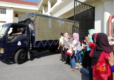 大批家属在法庭外,等候见被扣留的亲人一面。