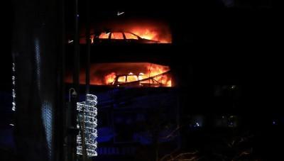 停车场内的自行车陷入火海。