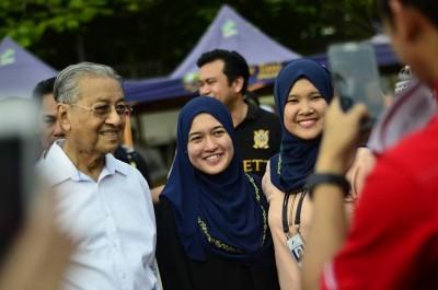 马哈迪偷得浮生半日闲,逛布城第2区夜市,应公众要求合照留念。(图取自马哈迪脸书)