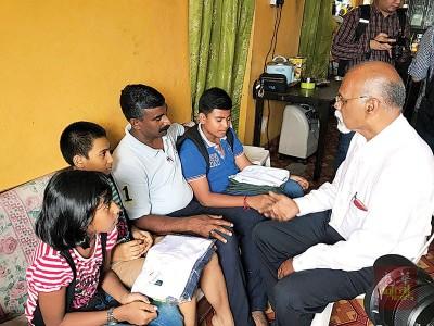 再也峇仁州议员向文加得斯哇仁(左二)及3名子女了解上学遇阻问题。
