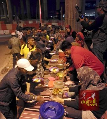 露宿者排队领取食物。