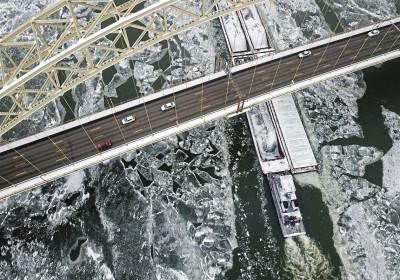 匹兹堡河面冷得结冰。
