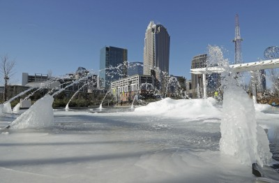 夏洛特广场上的喷泉在空间凝结。
