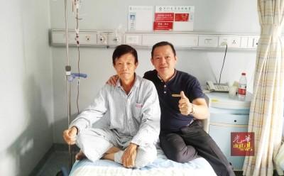 郑金春在抗癌路上并不孤单,友人陪伴他到复大接受治疗。