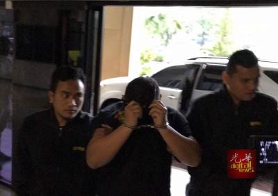 38岁被告在通译员念出8项控状后均否认有罪。