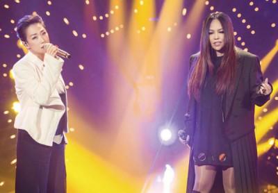 阿妹(右)曾在《歌手2017》总决赛帮唱同宗林忆莲。