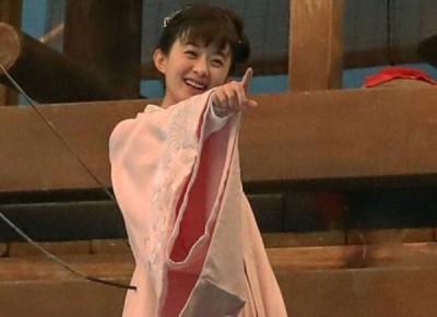 赵丽颖跳水前不忘跟导演开玩笑。